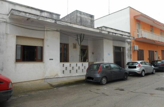 Casa con box auto in vendita a Martano