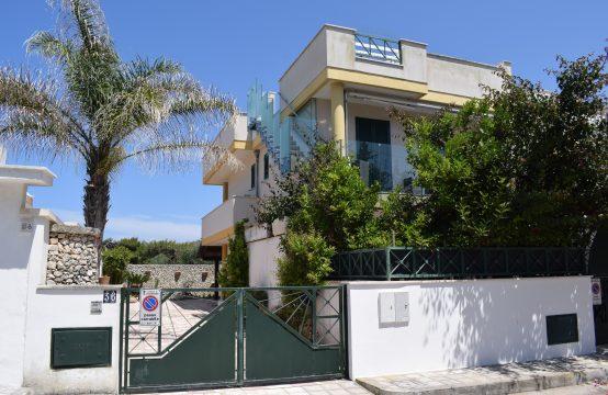 Villa su due livelli vista mare in vendita a San Foca