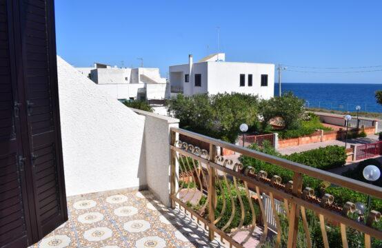 Villa vista mare con giardino in vendita a Torre dell'Orso