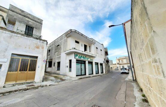 Abitazione indipendente con taverna e locale commerciale in vendita a Martano