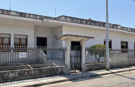 Casa indipendente con giardino angolare in vendita a Calimera
