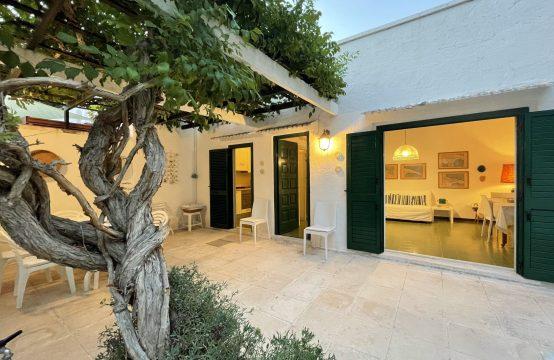 Elegante villa con torretta in vendita a Conca Specchiulla